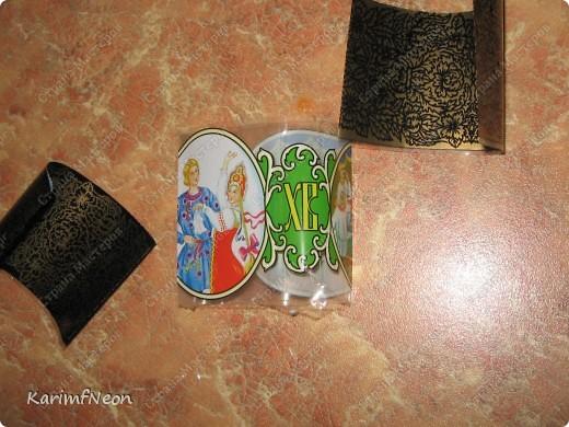 На Пасху, уже давно, стали продавать специальные конвертики для украшения яиц. Такое многообразие картинок!!!! И гжель и хохлома и многое другое.  У меня осталось с прошлого года несколько таких конвертиков из плёнки.  Одеваю на баночку с приправами и на СЕКУНДУ в кипящую воду. Вот и всё.  фото 2
