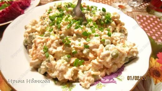 Салат из кальмаров - 2 банки консервированного кальмара - 2/3 банки зеленого горошка - 1 отварная морковь - 4 вареных яйца -соль, перец по вкусу фото 1