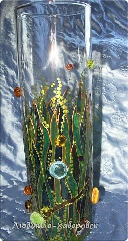 Круглая ваза для  цветов,декорированная витражными красками и контурами,а также стеклянными камушками... фото 2