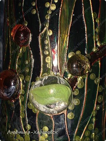 Круглая ваза для  цветов,декорированная витражными красками и контурами,а также стеклянными камушками... фото 3