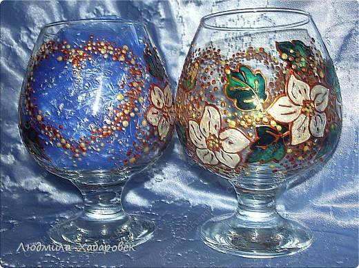 Круглая ваза для  цветов,декорированная витражными красками и контурами,а также стеклянными камушками... фото 5