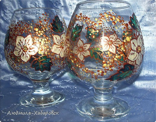 Круглая ваза для  цветов,декорированная витражными красками и контурами,а также стеклянными камушками... фото 6
