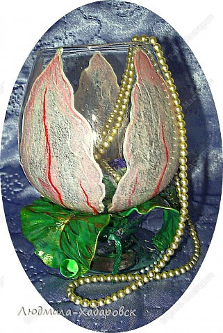 Круглая ваза для  цветов,декорированная витражными красками и контурами,а также стеклянными камушками... фото 10