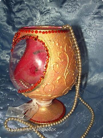 Круглая ваза для  цветов,декорированная витражными красками и контурами,а также стеклянными камушками... фото 8