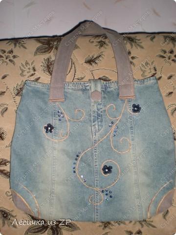 Сумка... Вообщем я её слепила из того, что было... :-))   А именно из джинсовой юбки и коричневых джинсовых штанов. Так она выглядит спереди. Размер сумки 38(47)х38,5 см, длина ручки 56 (полная 66) см, на магните, имеет два внутренних и два внешних карманы. фото 1