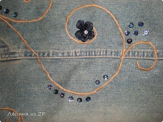 Сумка... Вообщем я её слепила из того, что было... :-))   А именно из джинсовой юбки и коричневых джинсовых штанов. Так она выглядит спереди. Размер сумки 38(47)х38,5 см, длина ручки 56 (полная 66) см, на магните, имеет два внутренних и два внешних карманы. фото 3