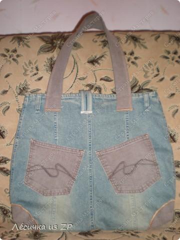 Сумка... Вообщем я её слепила из того, что было... :-))   А именно из джинсовой юбки и коричневых джинсовых штанов. Так она выглядит спереди. Размер сумки 38(47)х38,5 см, длина ручки 56 (полная 66) см, на магните, имеет два внутренних и два внешних карманы. фото 2
