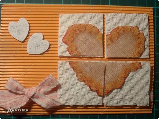 Оранжевое сердце вырезано из упаковочной бумаги. квадратики под кусочками сердца -  вкладыш из коробки конфет, с которого снят верхний слой бумаги. Белые сердечки - конфетти, мама сегодня купила пачку свадебных конфетти.Тесьма из старых маминых запасов (мама говорит, что ей не меньше 20 лет!). Основа открытки - гофрированный картон. фото 1