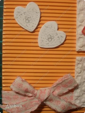 Оранжевое сердце вырезано из упаковочной бумаги. квадратики под кусочками сердца -  вкладыш из коробки конфет, с которого снят верхний слой бумаги. Белые сердечки - конфетти, мама сегодня купила пачку свадебных конфетти.Тесьма из старых маминых запасов (мама говорит, что ей не меньше 20 лет!). Основа открытки - гофрированный картон. фото 3