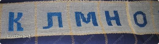 Этот материал помогает маленьким детям в игровой форме выучить алфавит. Пособие состоит из коврика, на котором вышиты буквы в алфавитном порядке, и корзинка с игрушками. Ребенку нужно разложить игрушки на коврике по первой букве.  фото 5