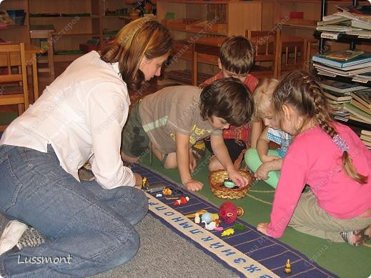 Этот материал помогает маленьким детям в игровой форме выучить алфавит. Пособие состоит из коврика, на котором вышиты буквы в алфавитном порядке, и корзинка с игрушками. Ребенку нужно разложить игрушки на коврике по первой букве.  фото 9
