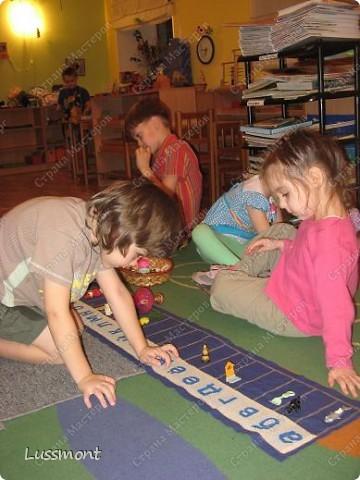Этот материал помогает маленьким детям в игровой форме выучить алфавит. Пособие состоит из коврика, на котором вышиты буквы в алфавитном порядке, и корзинка с игрушками. Ребенку нужно разложить игрушки на коврике по первой букве.  фото 10