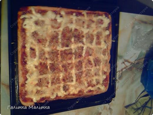 Тесто: 3 ст.ложки растительного масла; 1 ч.ложка соли; 1.5 ст.ложки сахара; 1 яйцо; дрожжи сухие; 1 стакан молока теплого; 3 стакана муки  Делаем тесто. Яйцо,сахар и соль взбить,добавить масло,затем молоко и дрожжи! Хорошо перемешиваем и затем добавляем муку. Ставим тесто в холодильник на 1 час. А в это время занимаемся начинкой.  фото 1