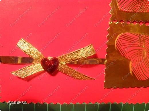 Материалы - картон из детского набора, золотистая бумага из набора для детского творчества, сердечки вырезаны из фантиков от шоколадки. Золотая лента вдоль открытки - это край вкладыша от коробки конфет,жаль было выбрасывать такую блестящую штучку. Бантик из ленты, на него приклеено сердечко-конфетти. Все деталь приклеены на двусторонний объемный скотч. фото 3