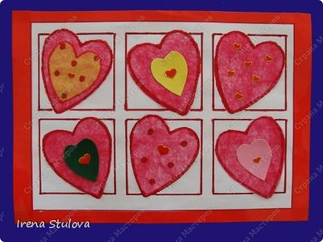 Нашла на просторах интернета раскраски ко дню Святого Валентина. Вырезала из одноразовых скатертей разных расцветок сердечки, добавила наклейки сердечки, обвела все маркером. И вот результат. По краям листа цветной скотч. фото 1