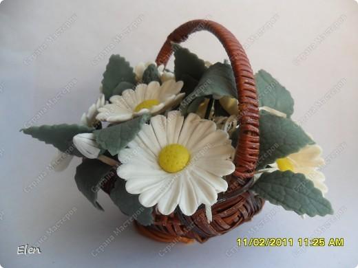 ромашки из холодного фарфора оформила в покупной корзинке фото 1