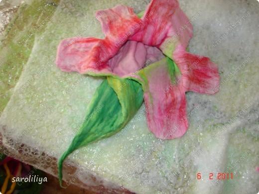Приближаются весенние праздники для своей дочери и племянницы  я сваляла тапки, может кому еще захочется сделать такие цветочки на ножки своим деткам  фото 5