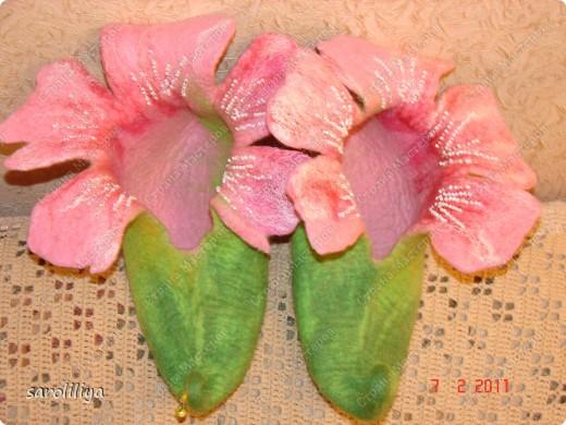 Приближаются весенние праздники для своей дочери и племянницы  я сваляла тапки, может кому еще захочется сделать такие цветочки на ножки своим деткам  фото 7