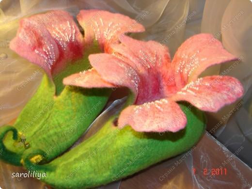 Приближаются весенние праздники для своей дочери и племянницы  я сваляла тапки, может кому еще захочется сделать такие цветочки на ножки своим деткам  фото 15