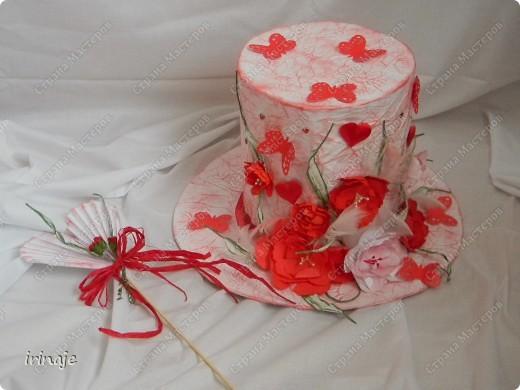 Попросила меня подруга сделать для дочки в школу шляпу для выставки и конкурса К Дню Валентина. Девочке хотелось чтобы на шляпе было по больше цветов и обязательно бабочки. Так как я раньше ничего подобного не делала, мне было интересно попробовать. Так как шляпа к Дню Валентина , решила я её делать в бело-красной цветовой гамме, к тому же такое сочетание по моему мнению очень подошло бы юной красавице-блондинке. И вот что у меня получилась.  фото 1