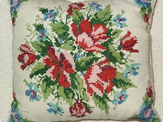 Подушка  22х24см, работа моей мамы, вышивала мелким крестиком. фото 2