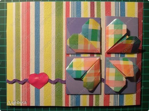 На белый картон с помощью пищевой пленки приклеен верхний слой салфетки. Сердечки - оригами из упаковочной бумаги. Квадраты под них вырезаны из упаковки от журнала. Тесьма  в тон квадратикам. Вместо бантика сердечко-наклейка. фото 1
