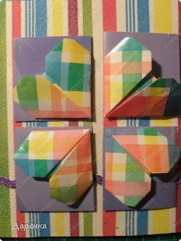 На белый картон с помощью пищевой пленки приклеен верхний слой салфетки. Сердечки - оригами из упаковочной бумаги. Квадраты под них вырезаны из упаковки от журнала. Тесьма  в тон квадратикам. Вместо бантика сердечко-наклейка. фото 2