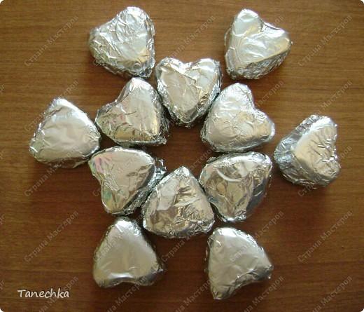 Сегодня в магазине я увидела открытку ко Дню Святого Валентина, украшенную шоколадными сердечками. Стоила ДОРОГО!!! Решила сделать аналог.  фото 3