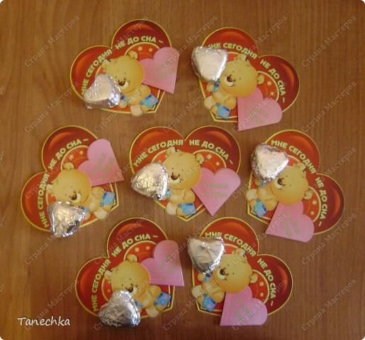 Сегодня в магазине я увидела открытку ко Дню Святого Валентина, украшенную шоколадными сердечками. Стоила ДОРОГО!!! Решила сделать аналог.  фото 1