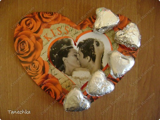 Сегодня в магазине я увидела открытку ко Дню Святого Валентина, украшенную шоколадными сердечками. Стоила ДОРОГО!!! Решила сделать аналог.  фото 5