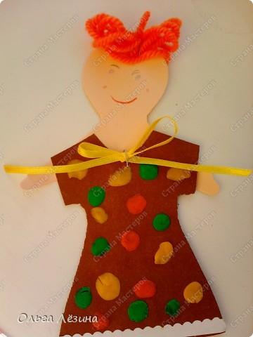 Наряжали с малышами куколку. Украшали пластилиновыми шариками платье... фото 2