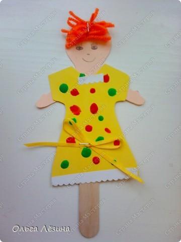 Наряжали с малышами куколку. Украшали пластилиновыми шариками платье... фото 4