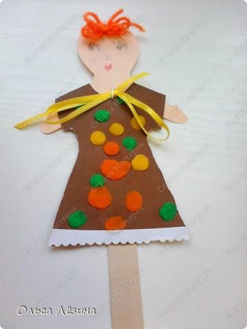 Наряжали с малышами куколку. Украшали пластилиновыми шариками платье... фото 5