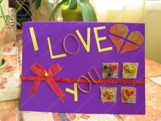 Здравствуйте - хочу поделиться с Вами вот такой открыточкой посвященной игре по скетчу и дню св. Валентина. В роботе использовались: цветной картон, пайетки, мешковина, самодельный бантик из неизвестного материала, цветная бумага для ксерокопий, также использовалась техника квилинг  фото 1