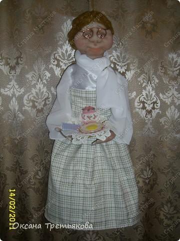 """Урра! Я ее дошила. Это кукла-пакетница. Ну и дотошная леди оказалась. Почти все перешивала по 2 раза. Но зато в итоге она мне скупо улыбнулась и c английской сдержанностью сказала """"Спасибо"""".  фото 2"""