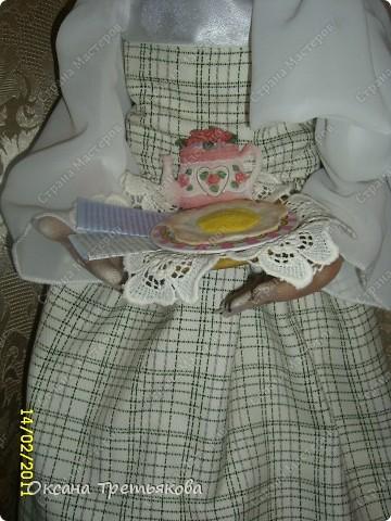 """Урра! Я ее дошила. Это кукла-пакетница. Ну и дотошная леди оказалась. Почти все перешивала по 2 раза. Но зато в итоге она мне скупо улыбнулась и c английской сдержанностью сказала """"Спасибо"""".  фото 4"""