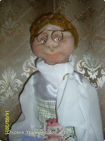 """Урра! Я ее дошила. Это кукла-пакетница. Ну и дотошная леди оказалась. Почти все перешивала по 2 раза. Но зато в итоге она мне скупо улыбнулась и c английской сдержанностью сказала """"Спасибо"""".  фото 1"""
