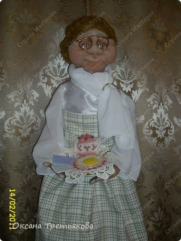 """Урра! Я ее дошила. Это кукла-пакетница. Ну и дотошная леди оказалась. Почти все перешивала по 2 раза. Но зато в итоге она мне скупо улыбнулась и c английской сдержанностью сказала """"Спасибо"""".  фото 5"""