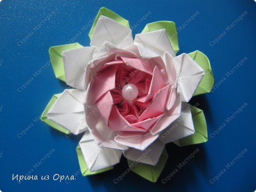 """В Стране Мастеров так много замечательных работ в техниках: квиллинг, бумагопластика, оригами. Уж очень захотелось попробовать делать разные цветочки.  Попробовала. Чтобы они не лежали - не пылились, придумала, куда их применить. В офисе в обеденный перерыв делала (на скорую руку) поздравления на день рождения для каждого сотрудника. А оформляла их получившимися цветочками.  Эти экспресс-поздравления вывешиваю в стенгазету """"Поздравляем"""".  Необычно, и приятно. фото 12"""