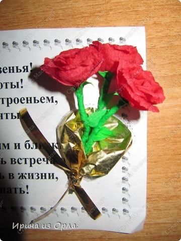 """В Стране Мастеров так много замечательных работ в техниках: квиллинг, бумагопластика, оригами. Уж очень захотелось попробовать делать разные цветочки.  Попробовала. Чтобы они не лежали - не пылились, придумала, куда их применить. В офисе в обеденный перерыв делала (на скорую руку) поздравления на день рождения для каждого сотрудника. А оформляла их получившимися цветочками.  Эти экспресс-поздравления вывешиваю в стенгазету """"Поздравляем"""".  Необычно, и приятно. фото 2"""