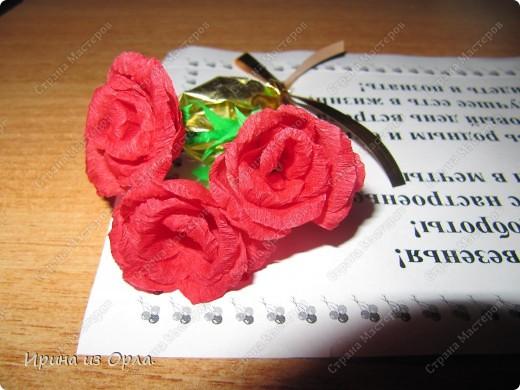 """В Стране Мастеров так много замечательных работ в техниках: квиллинг, бумагопластика, оригами. Уж очень захотелось попробовать делать разные цветочки.  Попробовала. Чтобы они не лежали - не пылились, придумала, куда их применить. В офисе в обеденный перерыв делала (на скорую руку) поздравления на день рождения для каждого сотрудника. А оформляла их получившимися цветочками.  Эти экспресс-поздравления вывешиваю в стенгазету """"Поздравляем"""".  Необычно, и приятно. фото 1"""