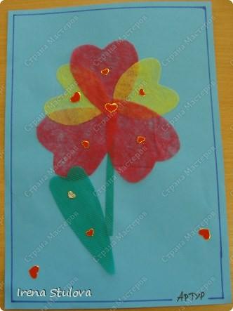 Нашла на просторах интернета раскраски ко дню Святого Валентина. Вырезала из одноразовых скатертей разных расцветок сердечки, добавила наклейки сердечки, обвела все маркером. И вот результат. По краям листа цветной скотч. фото 9