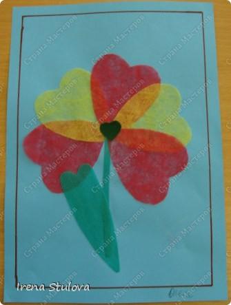 Нашла на просторах интернета раскраски ко дню Святого Валентина. Вырезала из одноразовых скатертей разных расцветок сердечки, добавила наклейки сердечки, обвела все маркером. И вот результат. По краям листа цветной скотч. фото 10