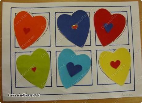 Нашла на просторах интернета раскраски ко дню Святого Валентина. Вырезала из одноразовых скатертей разных расцветок сердечки, добавила наклейки сердечки, обвела все маркером. И вот результат. По краям листа цветной скотч. фото 11