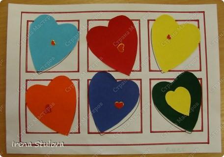 Нашла на просторах интернета раскраски ко дню Святого Валентина. Вырезала из одноразовых скатертей разных расцветок сердечки, добавила наклейки сердечки, обвела все маркером. И вот результат. По краям листа цветной скотч. фото 12