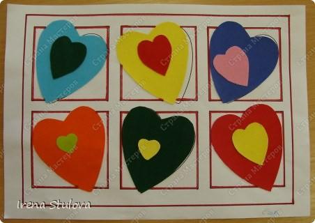 Нашла на просторах интернета раскраски ко дню Святого Валентина. Вырезала из одноразовых скатертей разных расцветок сердечки, добавила наклейки сердечки, обвела все маркером. И вот результат. По краям листа цветной скотч. фото 13