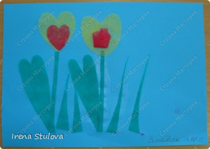 Нашла на просторах интернета раскраски ко дню Святого Валентина. Вырезала из одноразовых скатертей разных расцветок сердечки, добавила наклейки сердечки, обвела все маркером. И вот результат. По краям листа цветной скотч. фото 14