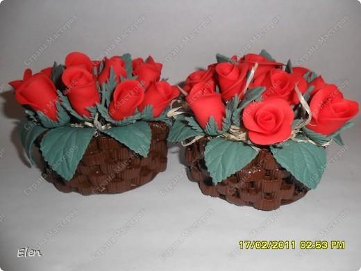 корзинки из макарон для миниатюрок,здесь бутончики роз из холодного фарфора
