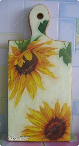 Вот!!! На ваш суд новая досочка!!! Жду оценок и комментариев!!! На цветках прорисовка, а тени делала цветными карандашами, поточила стержень, развела его водой чуть-чуть, наносила вокруг цветка и растирала пальчиком... Ещё в этой работе кракелюр присутсвует, но его плохо видно, зато смотрится очень нежно...