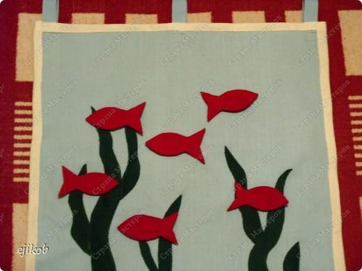 """""""Рыбки в пруду"""". Это мини-коврик. На голубую ткань настрочить """"зеленые водоросли"""", из красного сукна рыбки, к рыбкам притачала одну часть липучки, другую часть липучки - к кврику, т.о. рыбки ребенок прикрепляет к """"пруду"""" легко. Эта игрушка учит закреплять у ребенка понятия правой и левой сторон, т.к. рыбки могут """"плавать"""" в разные стороны. А еще можно их прикреплять по направлению : вверх, вниз. фото 1"""
